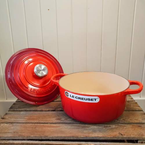 le creuset 24cm round casserole cerise open